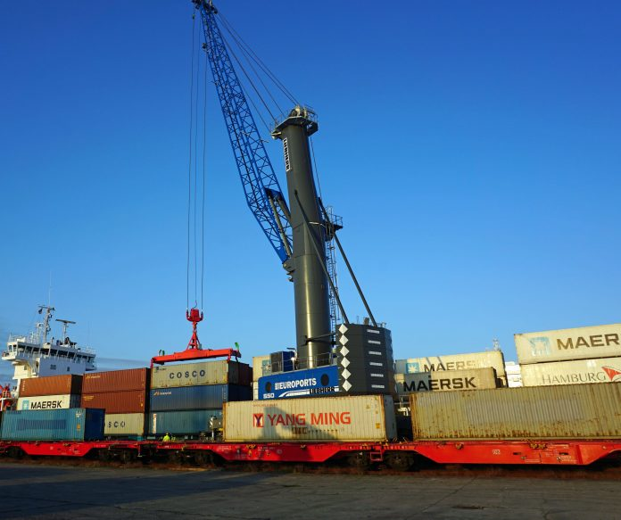 The first containers of the New Silk Road have been loaded in the Port of Rostock. EUROPORTS Germany used their recently acquired Liebherr LHM 550 mobil